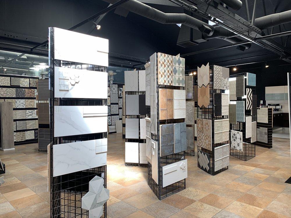 sắp xếp kệ trưng bày gạch đẹp trong showroom