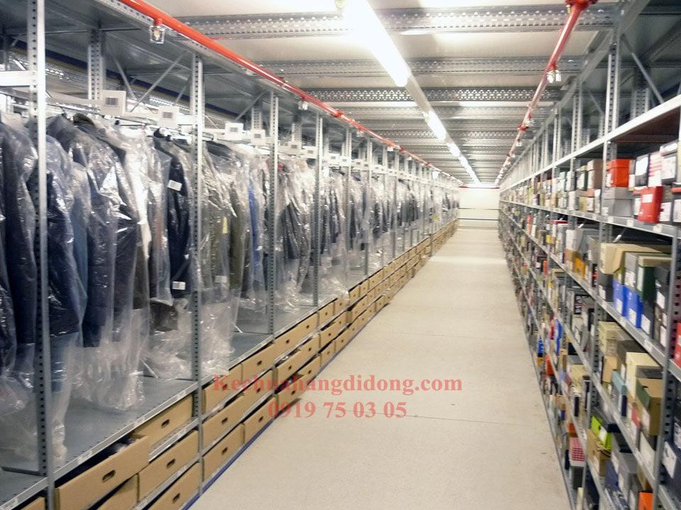Kệ kho quần áo giúp tiết kiệm được diện tích không gian nhà kho